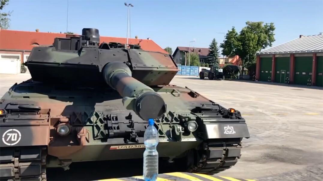Polscy żołnierze otwierają butelkę… czołgiem