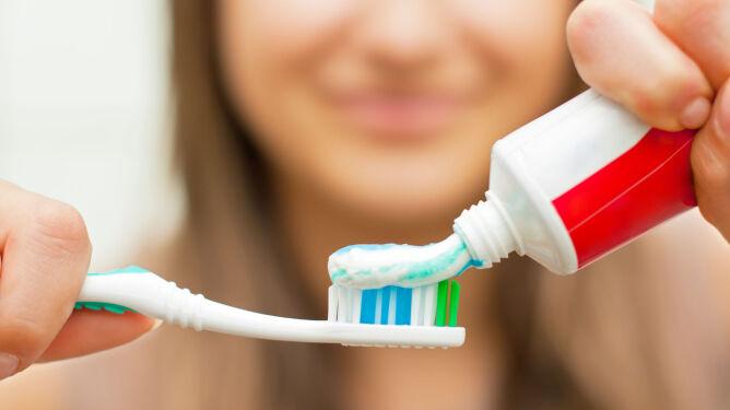 Myjecie zęby tuż przed snem? <br />Warto zmienić ten nawyk